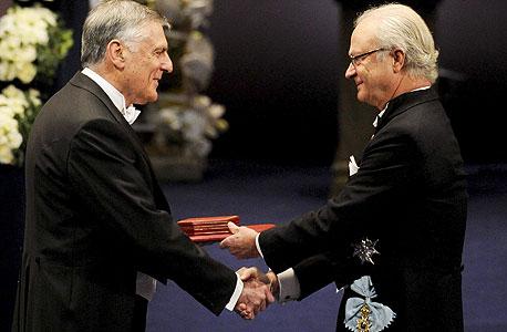 דן שכטמן מקבל את פרס נובל בכימיה