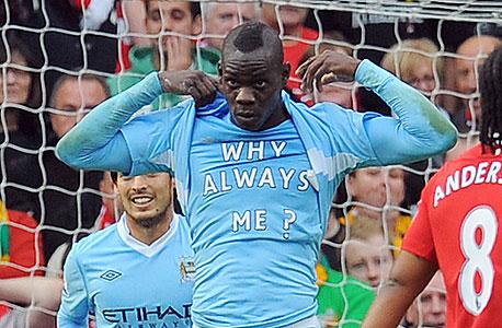 """""""למה תמיד אני?"""" - החולצה שבלוטלי חשף אחרי הגול הראשון בדרבי מול מנצ"""