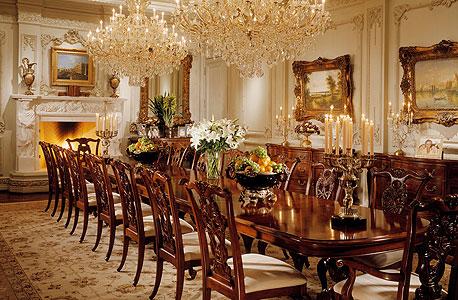 אחד מחדרי האוכל ב-Le Belvedere. ריהוט כבד, פסנתר כנף, פסלים מפוזרים. הכל בומבסטי, גדול מהחיים