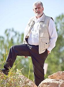 לייבוביץ' על רקע הקרקע שעליה יוקם היישוב גבעות עדן