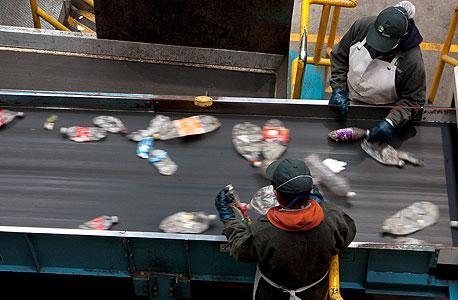 עובדים במפעל מיחזור. 34 מיליון בקבוקים לא הגיעו לשם, צילום: בלומברג