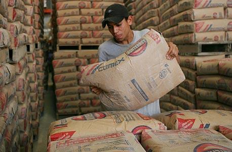 עובד מפעל מלט במקסיקו