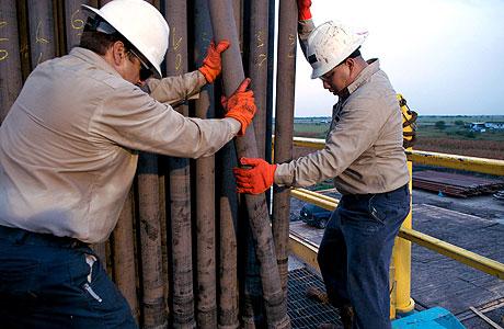 ענקית אנרגיה ראשונה מקטינה דיבידנדים - בעקבות צניחת הנפט