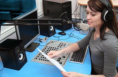 שדרנית רדיו
