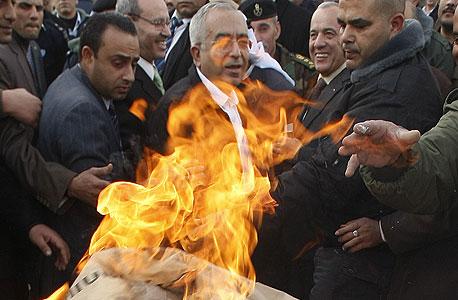 סלאם פיאד, ראש ממשלת הרשות הפלסטינית באירוע שריפת מוצרים המיוצרים בהתנחלויות, צילום: איי אף פי
