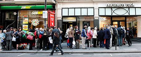 לקוחות בבריטניה צובאים על דלתות בנק נורת'רן רוק הקורס