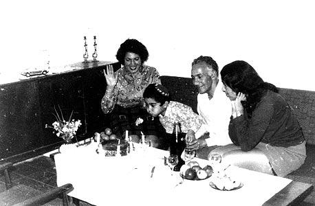 1971. אייל גבאי ביום הולדת 4 בירושלים, עם אחותו ריקי (16) והוריו אסתר ויהודה