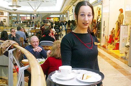 גם הפעם העובדים בענפי שירותי האירוח והאוכל,  עם שכר חודשי ברוטו ממוצע של 4,317 שקל בלבד