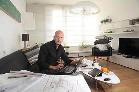 ערן זילברמן (35), נשוי + 2, גבעתיים. אדריכל, עובד מהבית שנה