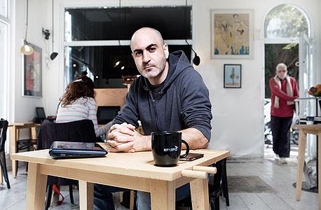 עידו אנג'ל, 37, גרוש + 2, בזוגיות, תל אביב. סופר ובמאי, עובד מהבית ומבתי קפה כעשר שנים, פתח חלל עבודה משותף לעובדים מהבית