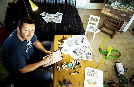 אריק בורנשטיין (40), פרוד + 1, תל אביב. מאייר, עובד מהבית 11 שנים