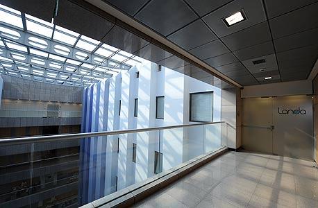 הכניסה ללנדא לאבס. כבר תשע שנים שאף אחד לא יודע מה קורה בחדרים הפנימיים, שאין בהם חלונות, רק דלתות פלדה