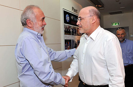 """לנדא (משמאל) עם ליאו אפותקר, מנכ""""ל HP עד לאחרונה, בעת ביקורו בישראל"""
