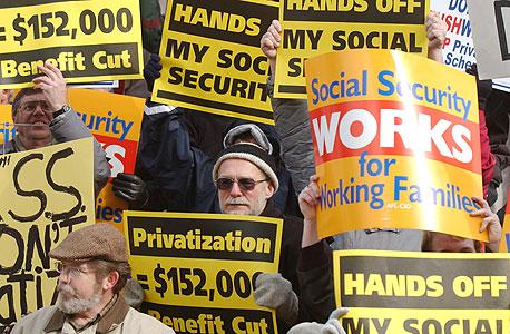 הפגנת פנסיונרים בקנטקי נגד הפרטת הביטוח הלאומי. מי משתלט על הכספים האלה?