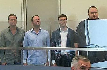"""דוטקום (מימין) ועובדי Megaupload בביהמ""""ש בניו זילנד. רגיל להסתבך"""
