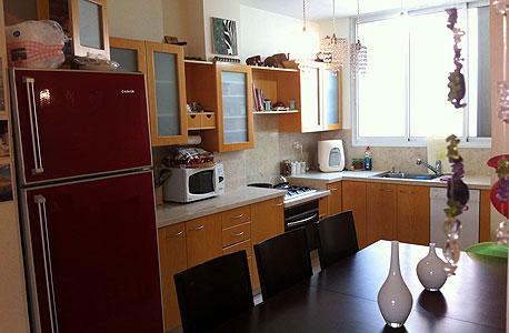 """דירת 4 חדרים ברחוב סירקין בגבעתיים. 112 מ""""ר בקומה ראשונה עם חניה ומשופצת. המחיר: 1.56 מיליון שקל. לפרטים: זכיין רי/מקס 100% בגבעתיי-ר""""ג"""