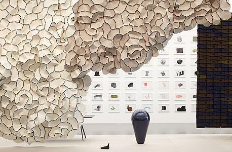 """מיצב הקיר של האחים בורולק, """"עננים"""", בתערוכה.  אריחי בד רכים הפורצים את גבולות הדו־ממד של קירות רגילים"""