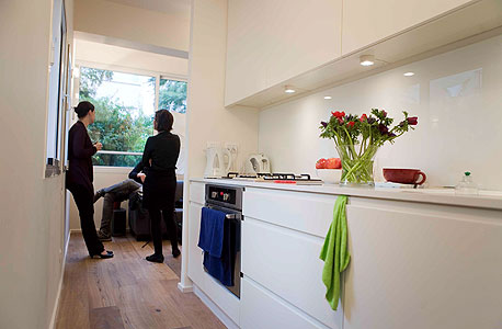 מבט לכיוון הסלון מהמטבח