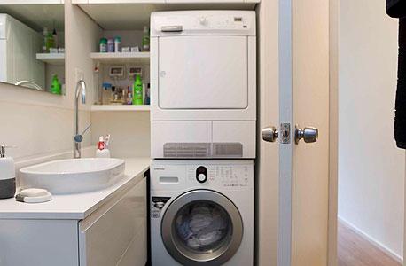 המקלחת ובתוכה מכונת כביסה ומייבש