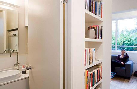 הכניסה לשירותים, הספריה והסלון