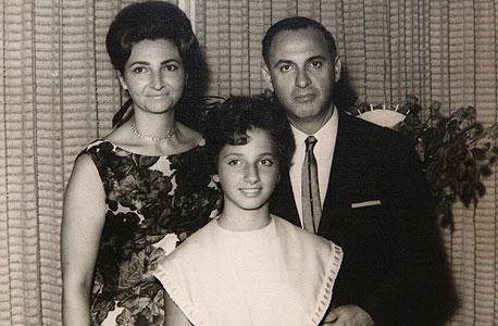 1963. יהודית יובל רקנאטי בבת המצווה שלה עם הוריה מתי ודני, בביתם בהרצליה