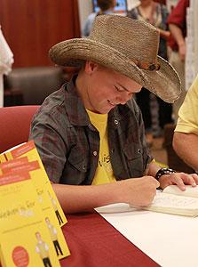 """קולטון בן ה־12 חותם על ספרו. """"הסיפור שלו נותן תקווה להרבה אנשים"""""""