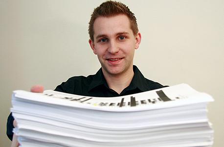 מקס שרמס ועותק מודפס של המידע שקיבל מפייסבוק