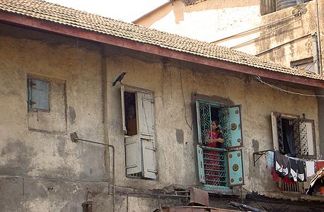 בית הזונות בסמטה מספר 8. רוב העובדות לא יוצאות אף פעם מפתח הבית ולכן פקידי הבנק מגיעים אליהן