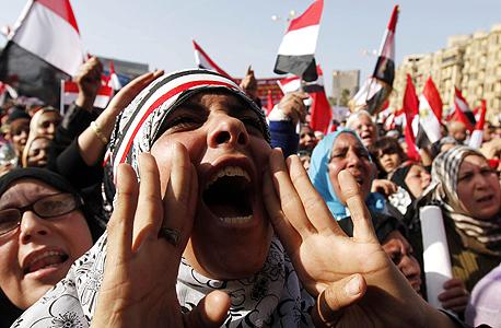 """מפגינים בכיכר תחריר בקהיר. """"אנשים הופכים להיות פונדמנטליסטים רק כשאין להם אופציות"""""""