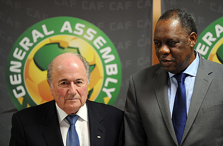 """בלאטר עם איסה אהוטו, יו""""ר פדרציית הכדורגל האפריקאית,. אליפות אפריקה הקרובה עשויה להיערך ב...קטאר"""