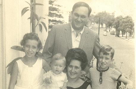 """1965.אילנה דיין בת השנה בזרועות אמה וילמה, ועם אביה מרדכי, אחיה אריה (8) ואחותה רחל ז""""ל (10), בואנוס איירס"""