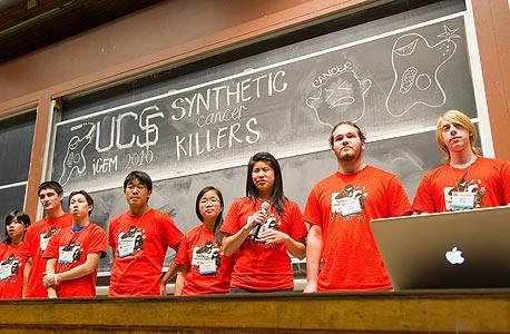 תלמידי תיכון אמריקאים בתחרות ההנדסה הגנטית iGEM ב־2010. ניסו להנדס תא שמזהיר מפני סרטן