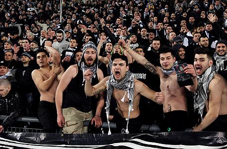 """אוהדי פאוק סלוניקי. """"הרשויות לא תומכות בקבוצות כדורגל"""", צילום: איי פי"""