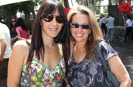 אפרת פלד (משמאל) עם שרי אריסון