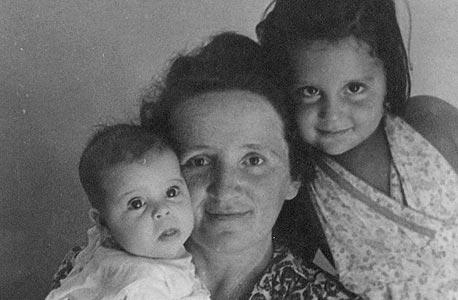 1944. תמר גולן, בת חצי שנה, עם אמה אירנה ואחותה נורית, בת ארבע, תל אביב