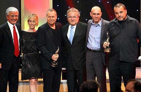 """אדרי (משמאל) עם יוצרי ושחקני הסרט """"הערת שוליים"""" אחרי הזכייה בפרס אופיר."""