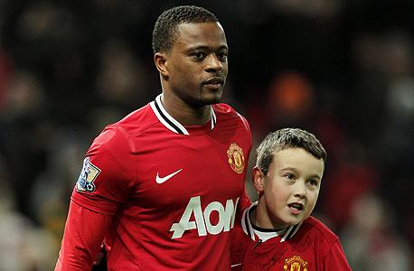 פטריס אברה עם ילד. בשנה הבאה תצטרף מנצ'סטר יונייטד לליגה החדשה