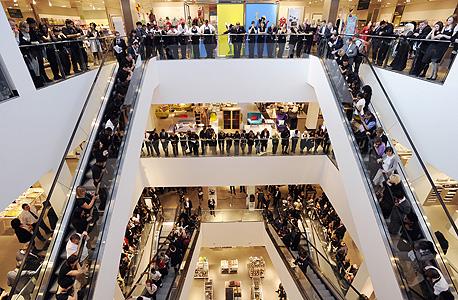 יום הפתיחה של חנות ג'ון לואיס חדשה במזרח לונדון, מרץ 2011.  10 חנויות נוספות ייפתחו השנה