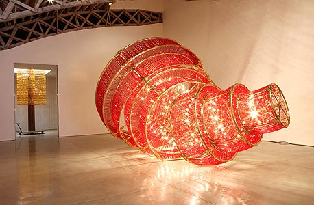 """הפסל """"אור נופל"""" בגלריה בניו יורק"""
