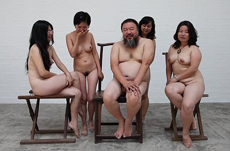 """""""טיגריס ושמונה שדיים"""" כפי שכונתה היצירה ברשת. צילום של איי עם תומכות שגרר דישה להאשימו בהפצת פורנוגרפיה"""