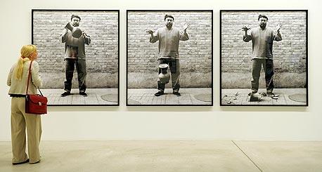 """היצירה """"להפיל כד משושלת חאן"""", במוזיאון בשוויץ"""