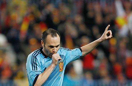 שמועות שנפוצו ביומיים האחרונים בעיתוני ספרד גרסו כי אנדרס אינייסטה, השחקן המצטיין של הטורניר, מתכוון לתרום את הבונוס שלו לטובת נפגעי השריפות הגדולות שמכות בימים האחרונים באזור ולנסיה, צילום: איי פי