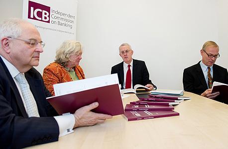 הוועדה העצמאית לבנקאות (וולף משמאל). המליצה להפריד את בנקאות ההשקעות מהפעילות הקמעונאית