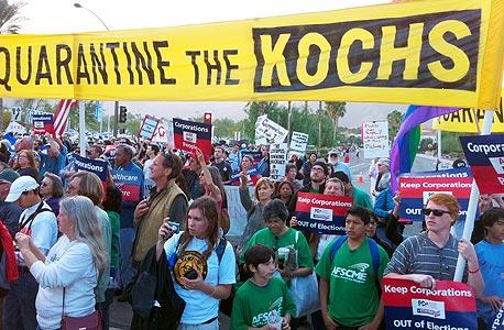 """מפגינים מחוץ לכינוס הימין בראנצ'ו מיראז'. """"עלינו להתאחד נגד האיום הגדול ביותר על השגשוג של אמריקה - ברק אובמה"""", נכתב בהזמנה לכינוס"""