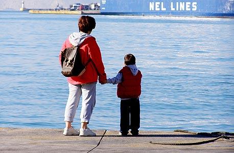 אם ובנה באחד מנמלי יוון