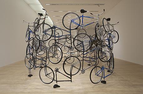 """""""Forever Bicycles"""", היא מיצב ענק מ־2003 של האמן הסיני המדובר ביותר כיום איי ווייוויי"""