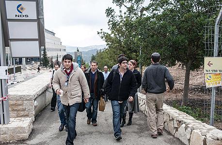 עובדי NDS ביום חמישי לאחר היוודע דבר המכירה, בדרכם לשיחת ועידה עם נשיא סיסקו ג