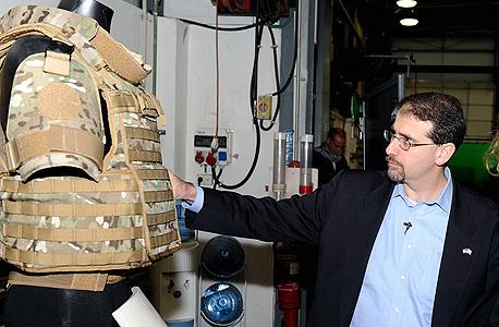 """דן שפירו, שגריר ארה""""ב בישראל, ליד אפוד מגן במפעל פלסן בקיבוץ סאסא"""