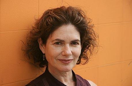 """רותי דירקטור, אוצרת ראשית במוזיאון חיפה: """"הלוואי שהיה אפשר לשלם לאמנים דמי השתתפות בתערוכה, אבל מאחר שתקציב המוזיאון כה זעום, המשמעות היא קיצוץ בהיקף הפעילות"""""""