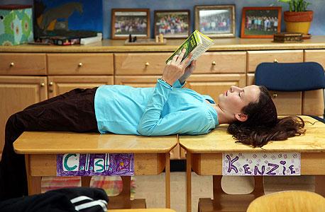 תלמידה בוולדורף פנינסולה. טלפונים סלולריים מותרים רק מגיל התיכון, וגם אז הם סגורים בארונית